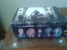 Caixa Once Upon A Time, totalmente revestida em papel cartão, ofício e impresso.