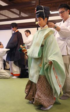 costume for the palace in Kyoto,Japana. Forghani Newby産経フォトThousand-years-ago's costume for the palace in Kyoto,Japana. Japanese Costume, Japanese Kimono, Geisha, Male Kimono, Turning Japanese, Japan Art, Japan Japan, Japanese Textiles, Japanese Outfits