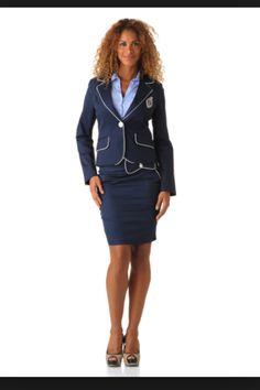 Tailleur avec la jupe  Couleur bleu marine lisères verts ou bleu ciel  Possibilité d ajouter logo TO sur la pochette de la veste  Surtout coupe moderne et tissu de qualité