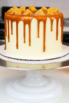 This caramel drip cake makes the perfect salted caramel cake! It made with vanilla cake layers, salted caramel frosting and is decorated with caramel drips Cakes To Make, How To Make Cake, Caramel Drizzle Recipe, Caramel Drip Cake, Caramel Buttercream Frosting, Salted Caramel Frosting, Drip Cakes, Frosting Recipes, Cake Recipes