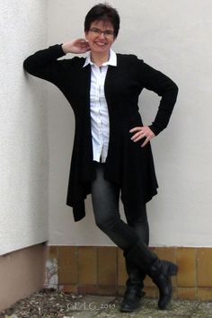 Strickjacke: ESPRIT, Bluse: BRAX, Hose: Tom Tailor Denim, Stiefel: Görtz Shoes