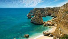 Praia da Marinha masuk dalam 10 besar pantai paling indah di eropa dan tempat wisata terpopuler di Portugal. Praia da Marinha terletak di Algarve, Portugal dan tidak hanya terkenal dengan tebingnya yang indah, tetapi juga karena air lautnya yang jernih.