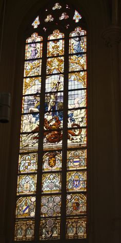 Kampf des hl. Georg mit dem Drachen, Bleiglasfenster in der katholischen Pfarrkirche St. Martin in Visé (Provinz Lüttich in der Wallonischen Region in Belgien)