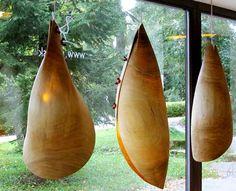 """Závesné drevené svietidlo z dreva """"Kukla"""" od architekta Michala Hanulu. Inšipráciou pre drevené lampy boli motýlie kukly."""