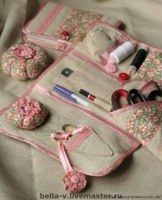 Really pretty sewing kit. I'd love to copy the look and pattern. Sewing Caddy, Sewing Box, Sewing Notions, Sewing Kits, Sewing Hacks, Sewing Crafts, Sewing Projects, Diy Sac, Creation Couture
