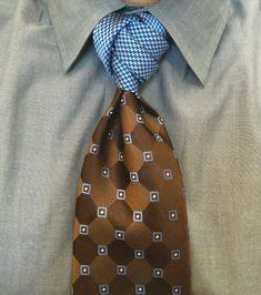 Haddon knot, designed by David Finfrock Cool Tie Knots, Cool Ties, Der Gentleman, Gentleman Style, Sharp Dressed Man, Well Dressed Men, Suit Fashion, Mens Fashion, Grey Fashion