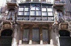 Casa del Pavo. Alcoy, Alicante. Fue construida entre 1908-1909 por el arquitecto Vicente Pascual Pastor, uno de los mayores exponentes del modernismo en Alcoy, para Agustín Gisbert, suegro del conocido pintor Fernando Cabrera. Está ubicada en el número 15 de la calle San Nicolás, uno de los epicentros de la burguesía en los siglos XIX y XX.