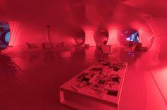 La mano gigante rosa que cambiará tu forma de ver la sexualidad.  Naves Matadero acoge en Madrid durante el Orgullo 'Dactiloscopia Rosa', una instalación temporal en la que coexisten cinco piezas de videoarte y una exposición de fanzine 'queer'.  Francesc Miró | El Diario, 2017-06-21 http://www.eldiario.es/cultura/arte/mano-gigante-reflexionar-teoria-queer_0_656884310.html