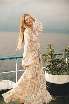 Boho fashion ideas and inspiration, long bohemian dress Look Boho Chic, Bohemian Style, Bohemian Fashion, Boho Floral Dress, Bohemian Dresses, Boho Festival, Beautiful Dresses, Island, Diesel