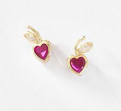 2c0f03570d31 Coqueto par de aretes para niña en forma de corazón con cristal rojo y  cristal Diamonice® en una hoja