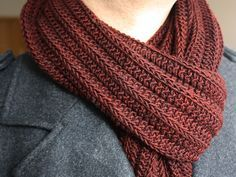 Free Pattern: Knick by Sabine Naumann. A super-squishy, self-pleating scarf without any purls!
