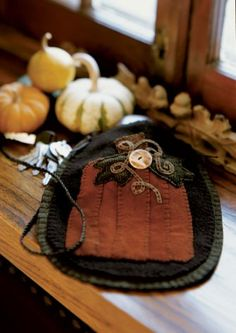 Cook up this felted-wool swing bag appliquéd with a snazzy pumpkin.