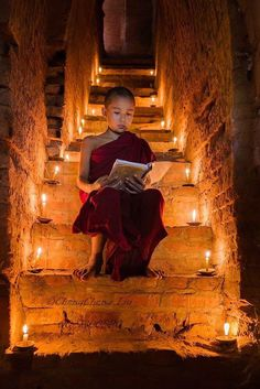 Reading the sutras Photo by Liu chengcheng — National Geographic Your Shot We Are The World, People Around The World, Around The Worlds, Kreative Portraits, Meditation, Buddha Zen, Buddhist Monk, Jolie Photo, World Cultures