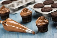 Best Chocolate Buttercream Frosting, Homemade Chocolate Frosting, Cake Frosting Recipe, Chocolate Peanut Butter Cookies, Chocolate Chip Cookie Bars, Chocolate Icing, Chocolate Cupcakes, Strawberry Buttercream, Homemade Strawberry Cake