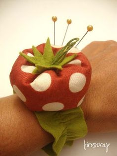 strawberry pincushion - fragola puntaspilli by Roberta (Biro)