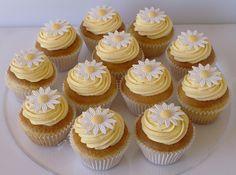 Pretty daisy cupcakes for an birthday celebration Cute Desserts, Delicious Desserts, Yummy Food, Pretty Birthday Cakes, Pretty Cakes, Daisy Cupcakes, Cupcake Cakes, Kreative Desserts, Pastel Cakes