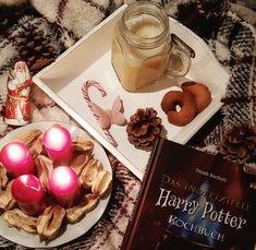 Zum Dritten Advent gibt es das berühmte Harry-Potter-Butterbier! Schaut vorbei und lest, wie ich dieses Kultgetränk koche und was da tatsächlich alles reingehört. Ein leckeres Heißgetränk für alle Bücherwürmer und Lesefans in der Weihnachtszeit :-)