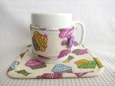 Mug Rug Mug Cozy, Coffee Cozy, Fabric Rug, Fabric Scraps, Cup Cozies, Mug Rug Patterns, Diy Gift Box, Ideas Geniales, Mug Rugs