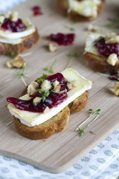 Crostini met brie and cranberries - Brenda kookt ! Fruit Appetizers, Christmas Appetizers, Appetizers For Party, Appetizer Recipes, Snack Recipes, Vegetable Appetizers, Christmas Cheese, Christmas Bread, Cheese Appetizers
