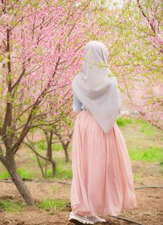 Image may contain: one or more people and outdoor Beautiful Hijab Girl, Beautiful Muslim Women, Arab Girls Hijab, Muslim Girls, Hijabi Girl, Girl Hijab, Hijab Hipster, Hijab Style Tutorial, Niqab Fashion