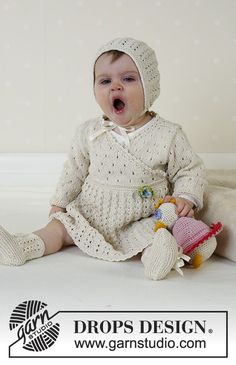 Baby Knitting Patterns Lace Dress, hood, and socks (duck ~ DROPS design Baby Knitting Patterns, Baby Patterns, Knitted Hats Kids, Knitting For Kids, Free Knitting, Drops Design, Baby Dress Pattern Free, Free Pattern, Drops Baby