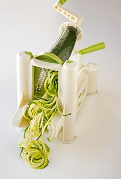 These delicious zucchini noodles (or zoodles) with avocado sauce are ready in 10 minutes. Easy Healthy Recipes, Raw Food Recipes, Mexican Food Recipes, Healthy Food, Dinner Recipes, Vegan Main Dishes, Veggie Side Dishes, Healthy Style, Vegan Blogs