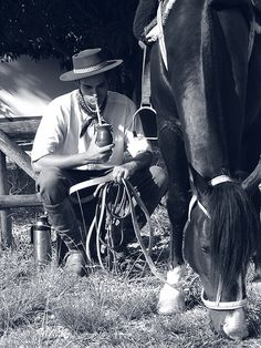 Gaucho tomando mate                                                                                                                                                                                 Más Rio Grande Do Sul, Yerba Mate, Adventure Aesthetic, Horseback Riding, Beautiful Horses, Country Life, White Photography, South America, Folklore
