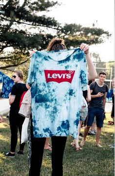 Get the blues. Tie die your favorite Levi's Perfect Tee before your next music festival to stand out from the crowds. Comfortable, easy festival outfit - check. Photo: Sebastian Berthold