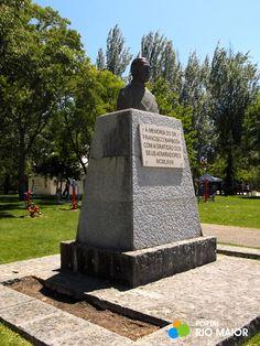 No Jardim Municipal existe o busto do Dr. Francisco Barbosa que foi executado pelo Leopoldo de Almeida e erigido em 1968 - Rio Maior   Portugal