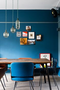 Choosing navy to colorize your dining room? Check these navy dining room ideas for your ultimate reference and you'll surely love it! Blue Rooms, Blue Walls, Modular Furniture, Velvet Furniture, Furniture Design, Interior Styling, Interior Design, Turbulence Deco, Counter Design