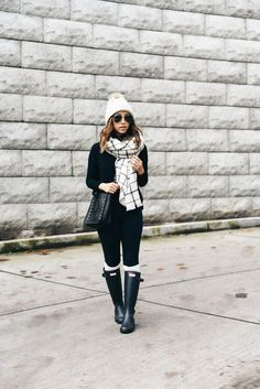 3 Scarves, 3 Different Ways Great inspiration for wearing Hunter boots Winter Mode Outfits, Winter Fashion Outfits, Autumn Winter Fashion, Fall Outfits, Outfit Winter, Rainy Outfit, Boot Outfits, Hunter Boots Outfit, Black Hunter Boots