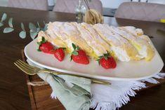 Kardinalroulade mit Erdbeercreme - Bine kocht! Sushi, Sweets, Ethnic Recipes, Desserts, Food, Summer, Pie, Tailgate Desserts, Deserts