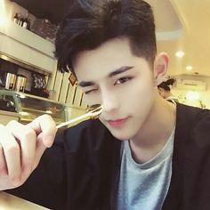 Jun yourou - Tìm kiếm Twitter Asian Men Hairstyle, Asian Hair, Undercut Hairstyles, Cool Hairstyles, Korean Boys Ulzzang, Ulzzang Boy, Korean Men, Asian Undercut, Low Maintenance Haircut