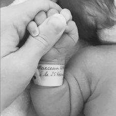 Le petit poignet de bébé avec son bracelet de naissance