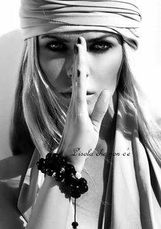 Detesto le persone che si definiscono perfette. Adoro le mie imperfezioni e, appena posso, ne aggiungo una. Davide Capelli