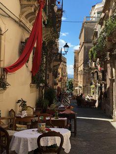 Vicolo di Ortigia, centro storico di Siracusa. An alley in Ortigia, the historical center of Syracuse . Ph. Chiara Vaccalluzzo.