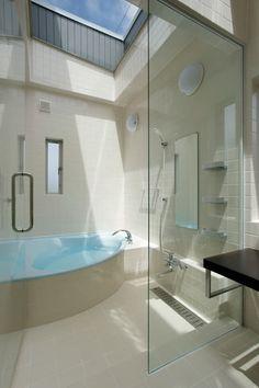 見せたがらない家: 有限会社タクト設計事務所が手掛けた洗面所/お風呂/トイレです。