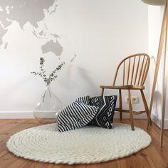 Qui n'a pas vu passer sur Instagram ces fameux plaids en laine XXL ? Alors j'ai pensé à ceux qui ne savent pas forcément tricoter, et je vous propose ici un DIY pour réaliser un tapis en laine... C'est tout simplement inratable ! Surtout avec le tuto vidéo ;)