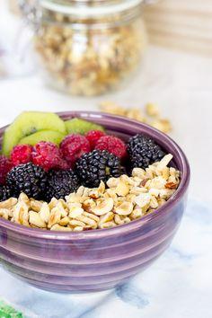 Aprende a preparar un desayuno vegano sano y equilibrado. Este desayuno incluye todos los macronutrientes esenciales: proteínas, hidratos y grasas sanas.