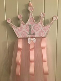 Baby room girl princess shower gifts 36 ideas for 2019 Tutu Bow Holders, Bow Holder Diy, Diy Hair Bows, Ribbon Hair, Ribbon Flower, Fabric Flowers, Bow Hanger, Diy And Crafts, Crafts For Kids