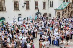LLange Tafel der Genusshauptstadt Graz 2015 - 15. August 2015  Bereits zum sechsten Mal gibt es die Lange Tafel der Genusshauptstadt-Partnerbetriebe für 700 Gäste mitten in der Grazer Altstadt. Ein einzigartiger Genuss. Die Lange Tafel wird vom #Hauptplatz bis Mitte #Schmiedgasse festlich gedeckt. Vor dem fünfgängigen #Menü mit passender #Weinbegleitung trifft man sich im Landhaushof zum Aperitif und als Auftakt gibt's das Erzherzog-Johann-Lied mit #Jodler.