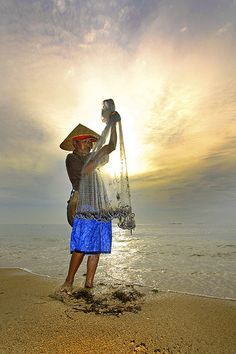 Fisherman at dawn, Bali, Indonesia.  Photo: Menjaring Asa Yang Tersisa via Flickr.