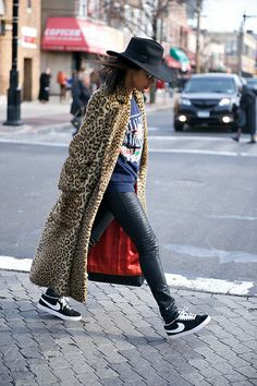 Long leopard coat with Nike kicks. Street Style, Street Chic, Street Fashion, Teen Fashion Blog, Women's Fashion, Leopard Jacket, Look Girl, Winter Stil, Winter Looks