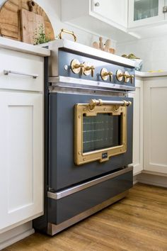 Vintage Stove and Oven Range in Farmhouse Kitchen