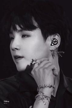 Yoongi or Suga? Jimin, Min Yoongi Bts, Min Suga, Bts Bangtan Boy, Mixtape, Rapper, Bts Black And White, Min Yoonji, Bts 2018