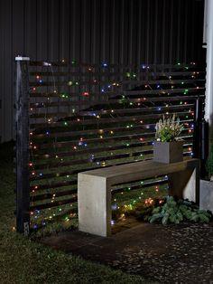 Batteridrevet LED lysslynge nett med 240 multifargede LED fra Konstsmide på 2x3 meter.Nettet har en skumringssensor som automatisk tenner lyssettet ved skumring, du kan velge om den skal stå på i 6 eller 9 timer. Lyssettet slukkes så i 15 eller 18 timer og tennes ved skumring neste dag. Led Licht, Led Lamp, Outdoor Decor, Design, Home Decor, Sport, Products, Christmas, Decoration Home