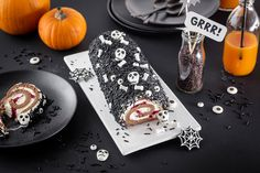 Halloween-Sahne-Rolle Rezept & Anleitung » Halloweenparty Snack Halloween Snacks, Halloween Dinner, Cheese Table, Snacks Für Party, Table Decorations, Cooking, Recipes, Food, Desserts