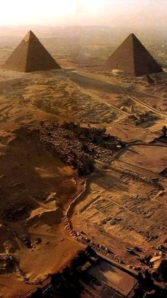 Giza Egypt, Pyramids Of Giza, Luxor Egypt, Ancient Ruins, Ancient History, Blue Sky Travel, Wonderful Places, Beautiful Places, Places Around The World