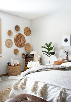decoration A round up of the best places to find decorative wall baskets to add a touch of boho and texture to your space that& super affordable! Decorating Your Home, Diy Home Decor, Decorating Ideas, Decorating Bathrooms, Interior Decorating, Living Room Decor, Bedroom Decor, Bedroom Ideas, Living Rooms