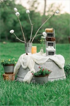 Another great outdoor s'mores station display #wedding #weddingdessert #desserttable #diywedding #smores